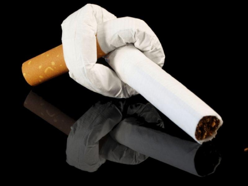 Решив бросить курить, лучше не растягивать процесс расставания с привычкой, а выбросить все сигареты сразу