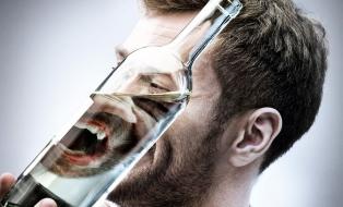 Пьяный человек становится агрессивным