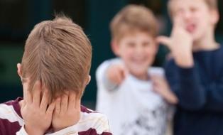 Над ребенком издеваются в школе